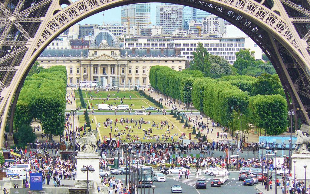 Sous la Tour Eiffel, l'un des sites de Paris 2024